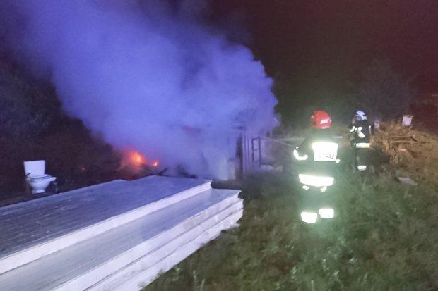 Nocna akcja strażaków – pożar altany w Gromadce
