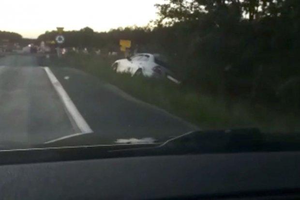 Pijany ojciec wiózł dwoje dzieci. Auto uderzyło w znak i wylądowało w rowie