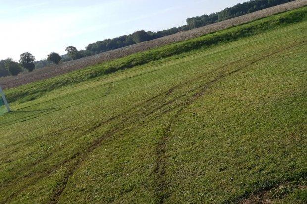 Kto zniszczył murawę boiska w Zbylutowie?