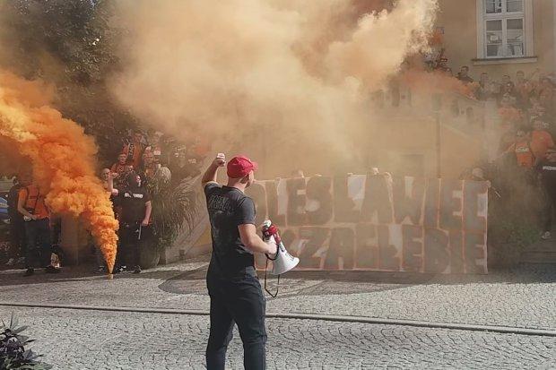 Kibicowska oprawa w Rynku. Policja ustala, czy doszło do złamania prawa