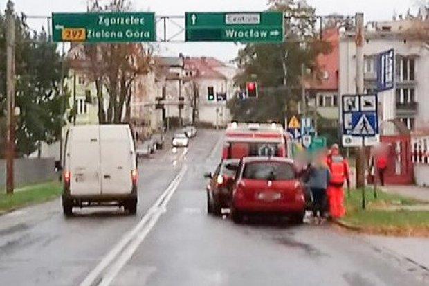 Kolizja na Jeleniogórskiej, kierowca i pasażerka lekko ranni