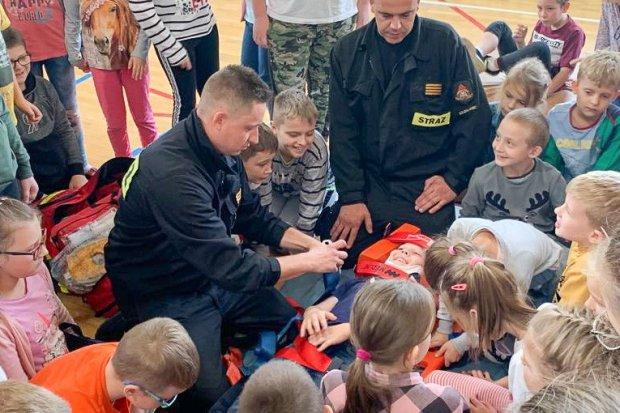 Strażacy w szkole. Pierwsza pomoc i ewakuacja osoby poszkodowanej