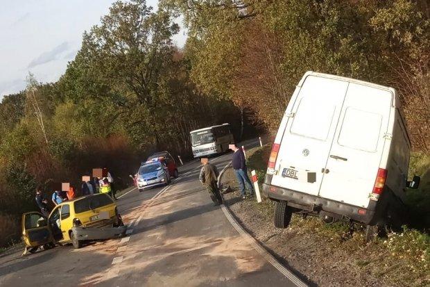 Wypadek w Nowych Jaroszowicach. Dwie osoby z renaulta ranne
