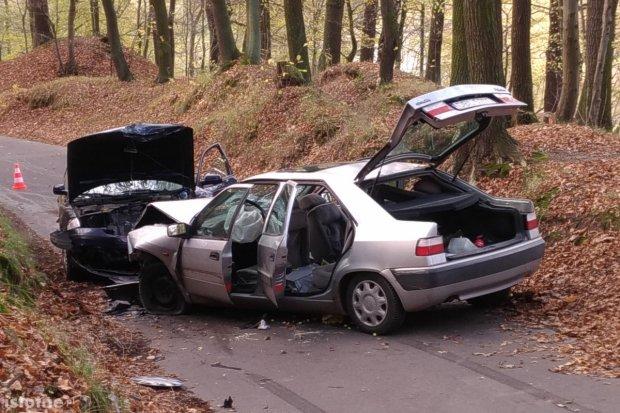 Czołówka dwóch aut na wylocie z Bolesławca, dwie osoby ranne. Sprawca uciekł