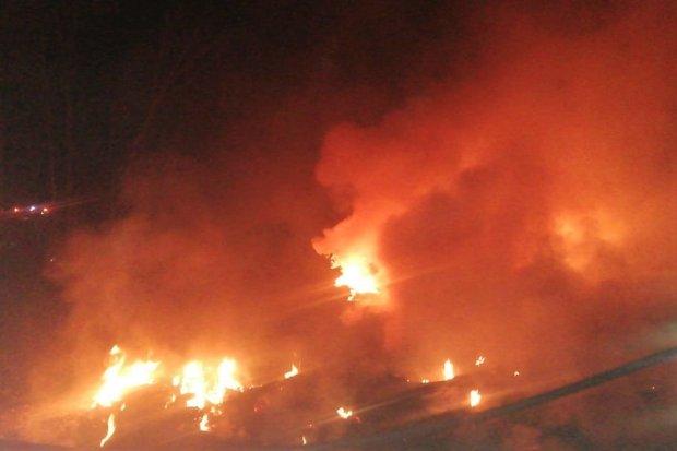 Nocny pożar opon na polu koło Czernej. Uaktywnił się podpalacz?