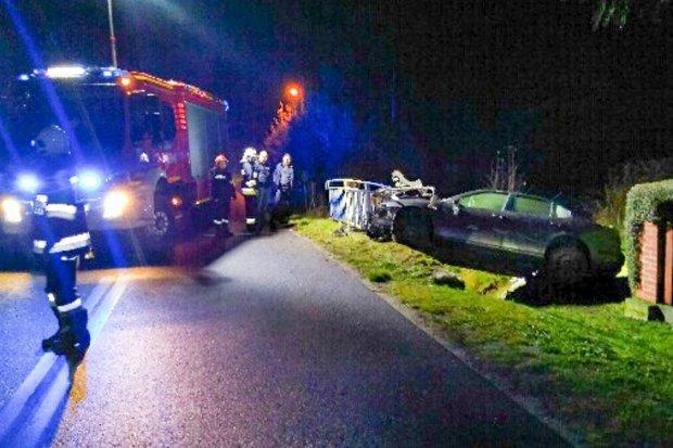 Auto uderzyło w barierkę mostu i zawisło częściowo nad rzeką