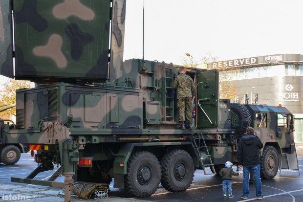 """Trwa piknik wojskowy """"Służymy Niepodległej"""". Można zobaczyć sprzęt US Army"""