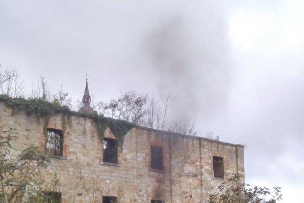 Ogień w ruinach klasztoru