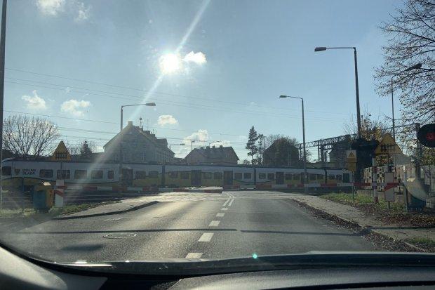 Przejazd kolejowy przy Polnej nadal uciążliwy