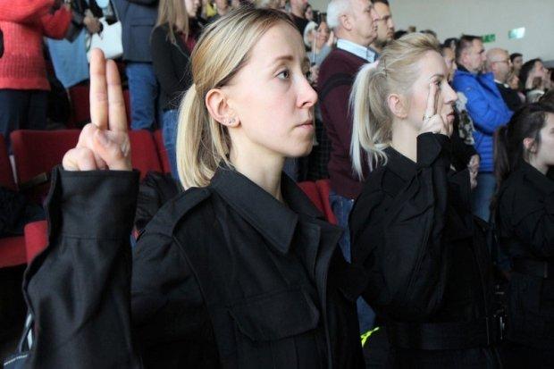 Ślubowanie nowych policjantów. 2 z nich służyć będzie w bolesławieckiej komendzie