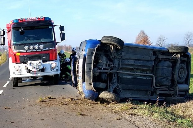 Auto dachowało koło Iwin. Jedna osoba poszkodowana