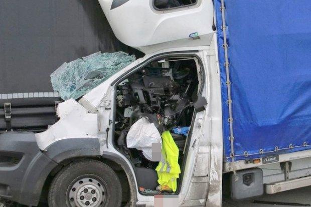 A4: Bus wbił się w ciężarówkę. 28-letni kierowca dostawczaka zmarł w szpitalu