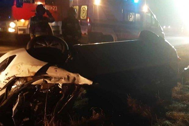 Auto dachowało na feralnym zakręcie koło Gromadki