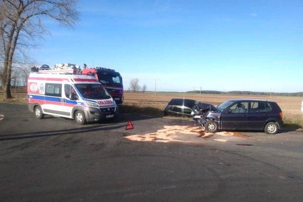 Zderzenie dwóch Volkswagenów koło Różyńca. Kierujące trafiły do szpitala