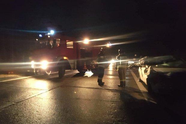 Zderzenie osobówki z ciężarówką na DK18. Jedna osoba ranna