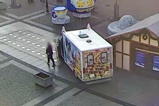 Food truck uszkodził fontannę w Rynku! Jest wideo