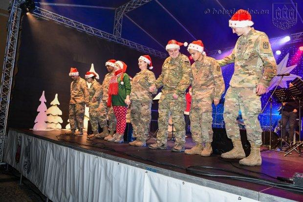 Pochód przedszkolaków i kolędowanie z US Army na Gwiazdkę Życzliwości