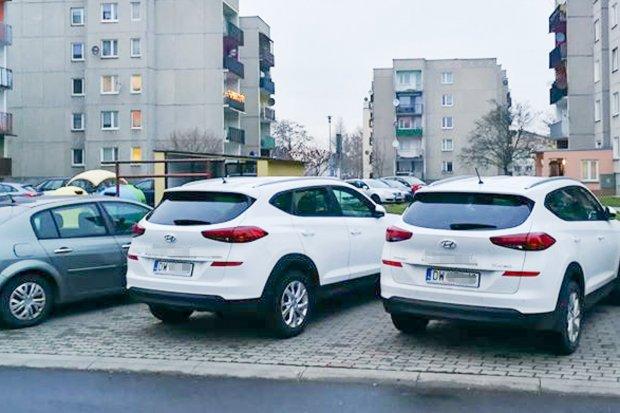 Auta z wypożyczalni zajmują osiedlowe miejsca parkingowe