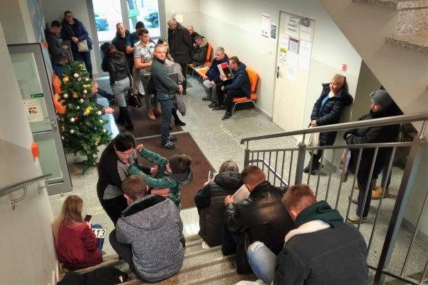 Ludzie kilka godzin czekają na schodach. Słaba organizacja w Starostwie?