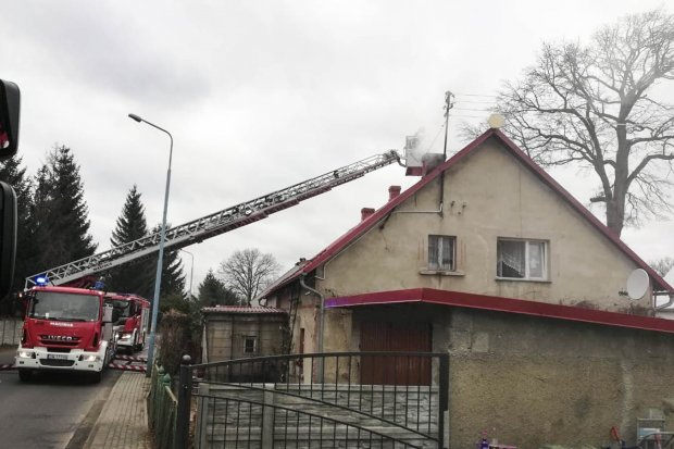 Zapaliła się sadza w kominie w domu w Gromadce