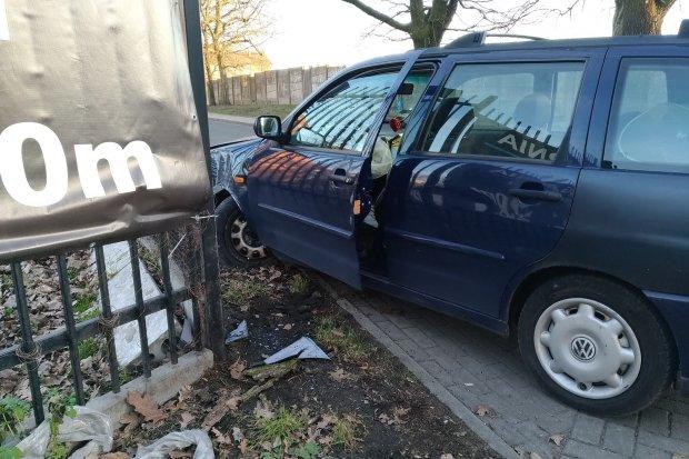 Pijany 60-latek wjechał w ogrodzenie. Inny kierowca zabrał mu kluczyki