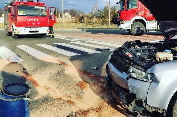 Dwa auta zderzyły się w Wykrotach. Dwie osoby ranne