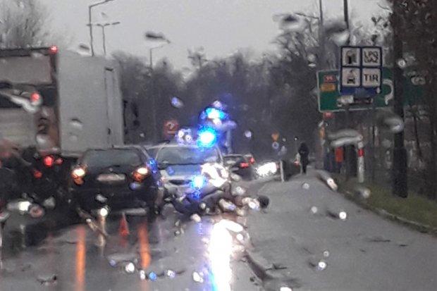 Kierowca skutera ranny w wypadku na moście na ul. Nila