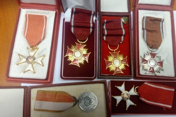 Świąteczno-sylwestrowi włamywacze zatrzymani. Ukradli m.in. laptopa i… medale