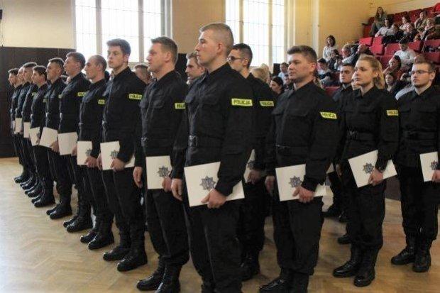 Nowi policjanci ślubowali. 2 z nich służyć będzie w bolesławieckiej komendzie