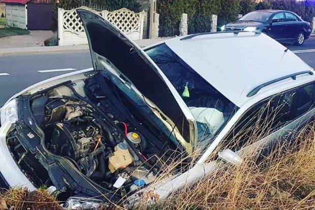 Volkswagen wypadł z drogi i wylądował w rowie. 21-latka lekko ranna