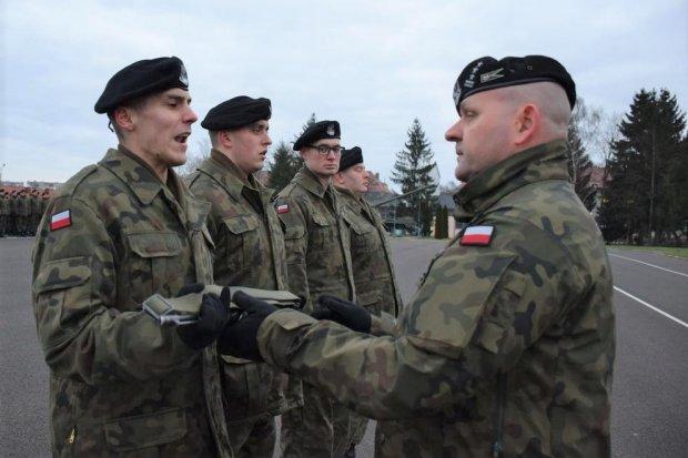 Artylerzyści wręczyli broń elewom
