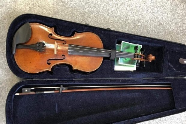 Odzyskali 200-letnie skrzypce warte… 10 tys. zł. Włamywacz-recydywista zatrzymany