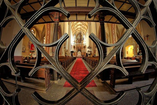 Biskup legnicki ogranicza nabożeństwa. Co mogą a czego nie mogą katolicy?