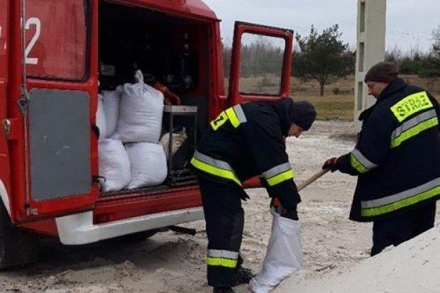 Ewakuacja w Nowogrodźcu. Strażacy już wczoraj zabezpieczyli teren