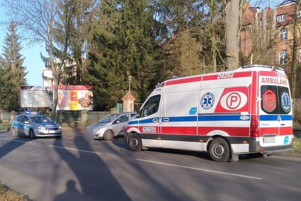 Kolizja na Jeleniogórskiej. 67-letni pieszy potrącony przez opla