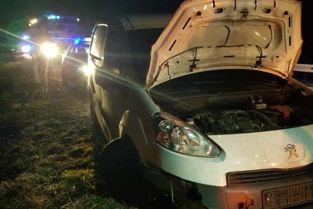 Peugeot wieczorem najechał na... koło na DK18, kierujący lekko ranny