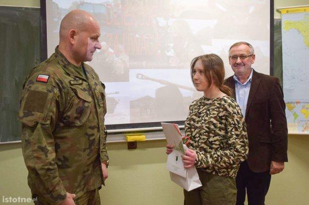 Dowódca artylerzystów z wizytą w szkole w Nowej Wsi