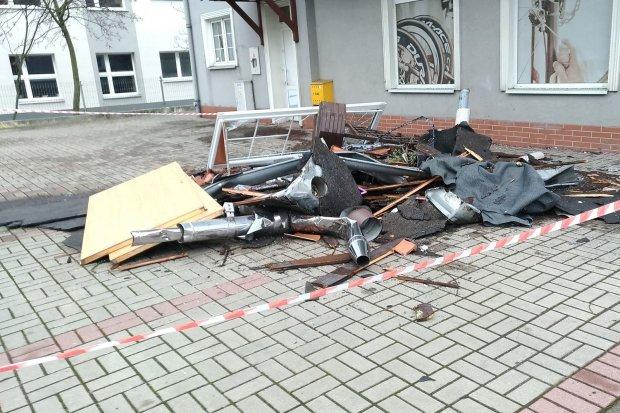 Orkan Sabina nad powiatem. Powalone drzewa i słupy, zerwane dachy, uszkodzone auta i balustrady