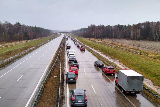 Wypadek na A4, kierowca trafił do szpitala