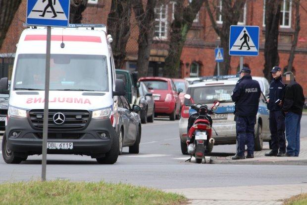 Motorowerzysta przewrócił się na Zygmunta Augusta