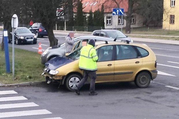 Zderzenie dwóch aut na alei Tysiąclecia