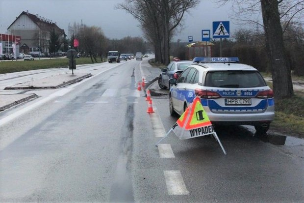 Mercedesem staranował barierki przy pasach, staruszka trafiła do szpitala