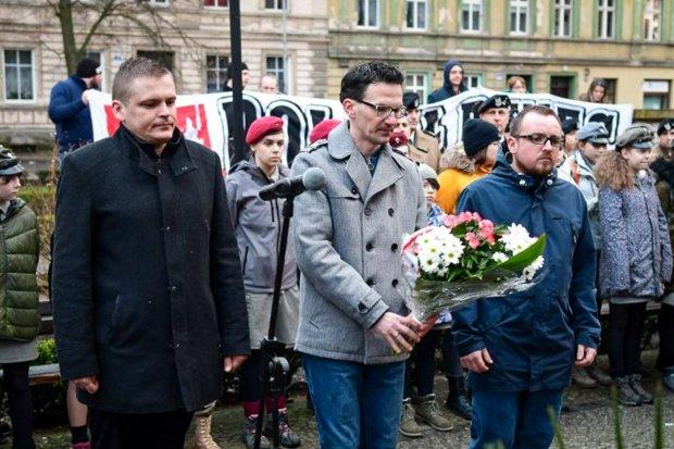 Komu się kłaniamy i jak bezrefleksyjnie gwałcimy historię Polski