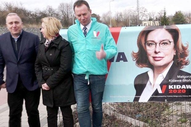 Ściągnął baner Andrzeja Dudy. Teraz zawisł tam plakat kandydatki Platformy