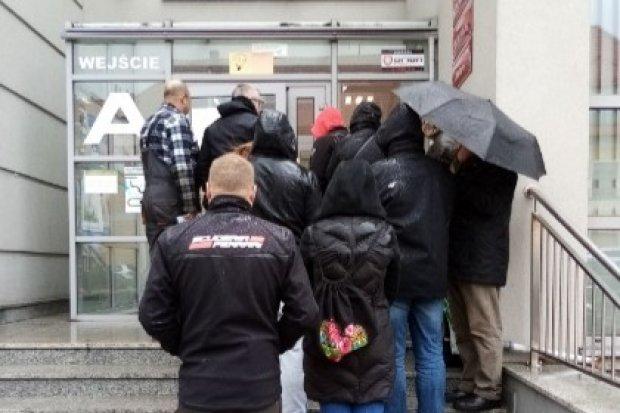 Ludzie mokną na deszczu, a starostwo wpuszcza pojedynczo