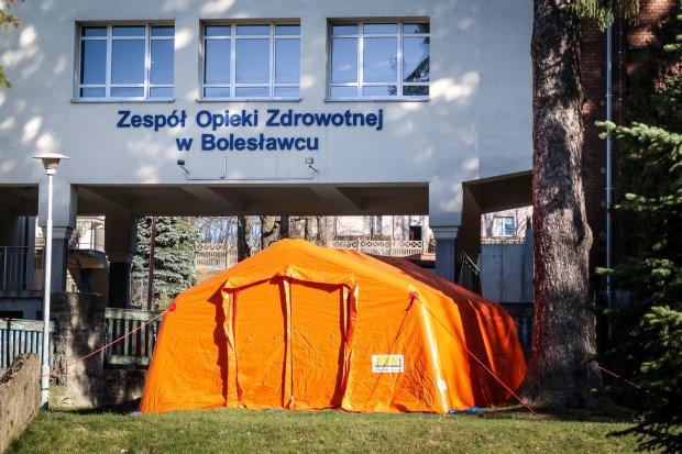 Nowe obowiązki szpitali: wydzielenie stref oraz badanie temperatury personelu