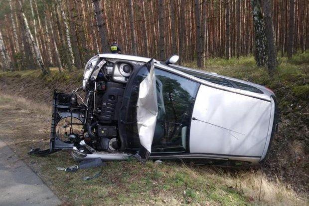 Auto wypadło z drogi między Krzyżową a Gromadką, 3 osoby ranne