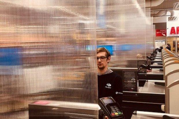 W Carrefour bezpieczne zakupy: zainstalowano w strefie kas ekrany ochronne