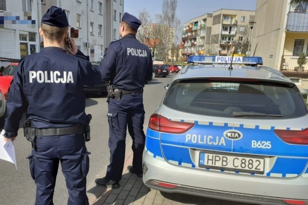 Policja od rana kontroluje ludzi na spacerach i w kwarantannie, posypały się mandaty