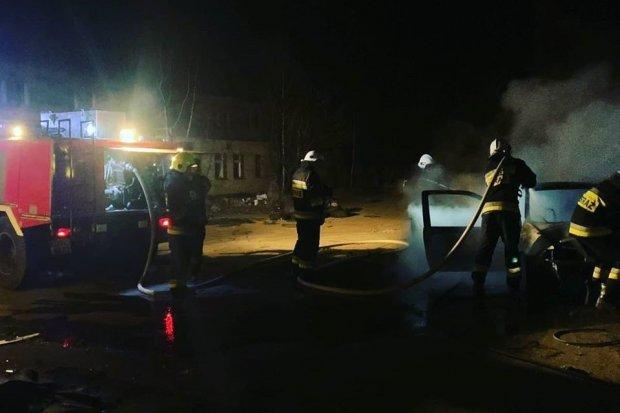 Auto spłonęło przy Fabrycznej w Nowogrodźcu. Podpalenie?